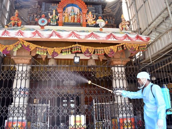 रामनवमी के मौके पर मुंबई के एक राम मंदिर को सैनिटाइज करता BMC का स्वास्थ्यकर्मी।