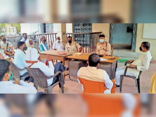 घोसी शांति समिति की बैठक करते थाना अध्यक्ष। - Dainik Bhaskar