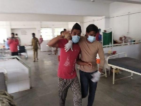 मरीजों को उनके परिजनों ने ही दूसरे हॉस्पिटल में शिफ्ट किया।