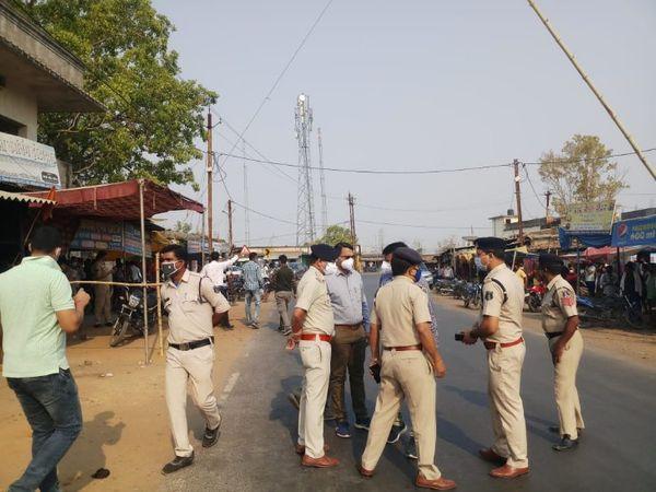 जांच पड़ताल में जुटी स्थानीय पुलिस की टीम।