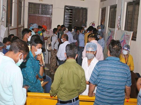 मंगलवार रात रेमडेसिविर लेने कलेक्टोरेट पहुंचे लोगों की भीड़ लग गई।