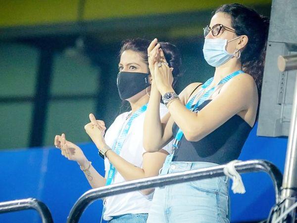 मैच के दौरान क्रुणाल पंड्या की वाइफ पंखुड़ी (बाएं) और हार्दिक की मंगेतर नताशा।