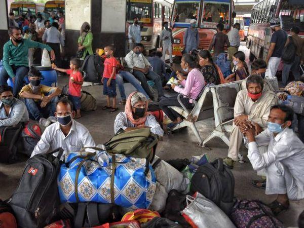 लखनऊ में बस अड्डे पर प्रवासियों की भीड़। ये लोग दिल्ली और दूसरे राज्यों से लौटे हैं।