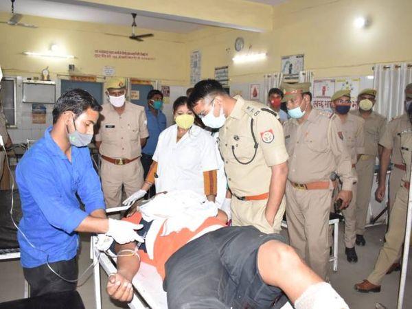 पुलिस अधिकारियों ने अस्पताल पहुंचकर घायल बदमाशों का जाना हाल। - Dainik Bhaskar