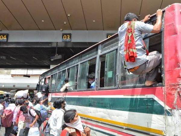 बसों में सीट नहीं मिलने पर लोग जान जोखिम में डालकर खिड़कियों से अंदर-बाहर हो रहे हैं।