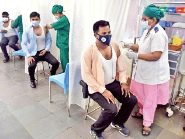 बढ़ते संक्रमण के बीच मुंबई में स्वास्थ्यकर्मियों का वैक्सीनेशन जारी है। - Dainik Bhaskar