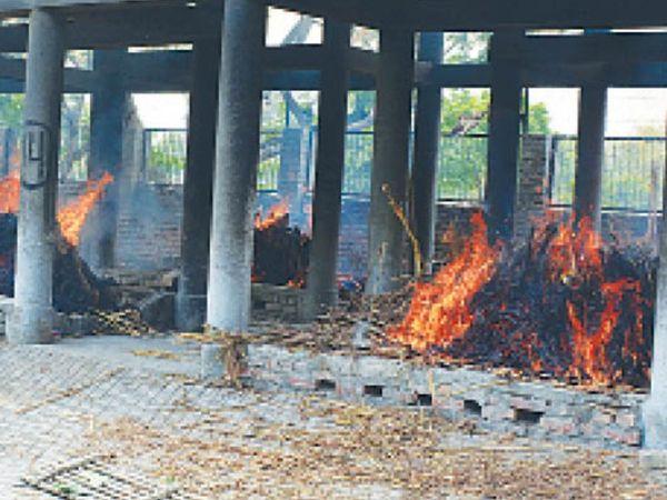 राेहतक   प्रदेश में मौतों की संख्या लगातार बढ़ रही है। इसके चलते श्मशान घाटों पर चिताएं ठंडी भी नहीं हो पा रहीं। रोहतक के वैश्य काॅलेज राेड स्थित शिव मंदिर के शमशान घाट में एक दिन में 12 शवों का संस्कार हुआ। - Dainik Bhaskar