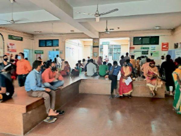 गुड़गांव. सिविल अस्पताल में लगी मरीजों की भीड़। - Dainik Bhaskar