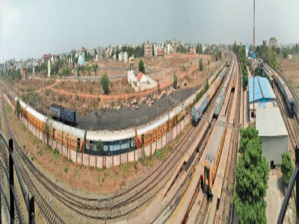 कोविड कोच स्पेशल ट्रेन बिलासपुर रेल मंडल के कोचिंग यार्ड में खड़ी है। महीनों से खड़ी इस ट्रेन में धूल की परत जम चुकी है। - Dainik Bhaskar