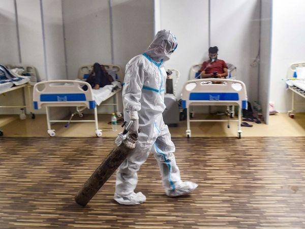 फोटो एक कोविड सेंटर में ऑक्सीजन सिलेंडर ले जाते हुए डॉक्टर की है। दिल्ली के डिप्टी CM मनीष सिसोदिया ने भी मंगलवार को कहा था कि ऑक्सीजन की कमी को लेकर अस्पतालों से फोन आ रहे हैं। - Dainik Bhaskar