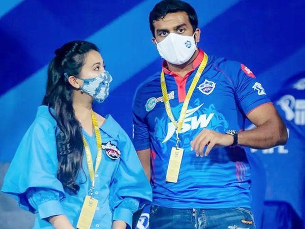टीम की तीसरी जीत के बाद दिल्ली फ्रेंचाइजी के मालिक पार्थ जिंदल और पत्नी।