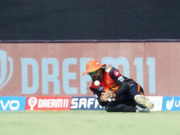 राशिद खान ने मयंक का कैच छोड़ा।