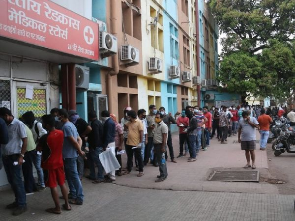 तस्वीर रायपुर के अंबेडकर अस्पताल की है जहां बुधवार सुबह लोग रेमडेसिविर इंजेक्शन के लिए लाइन लगाकर खड़े रहे।