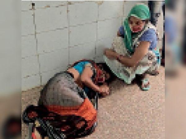अनदेखी... एक घंटे तक गैलरी में बेहोश पड़ी रही महिला, कोई डॉक्टर नहीं आया - Dainik Bhaskar