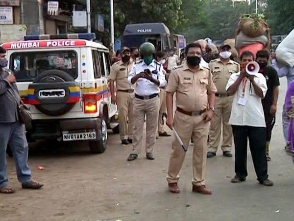 मुंबई की दादर सब्जी मंडी में गुरुवार को पुलिसकर्मी भीड़ को हटाने की कोशिश करते हुए।