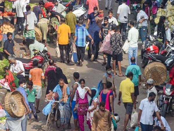 बुधवार को ली गई यह फोटो भी मुंबई की दादर सब्जी मंडी की है। यहां सोशल डिस्टेंसिंग नजर नहीं आ रही। कई लोग मास्क भी नहीं लगा रहे।