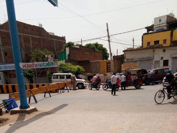 सड़क पर बेरीकेट्स के पास भीड़ - Dainik Bhaskar