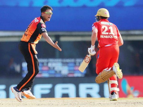 अभिषेक शर्मा ने 4 ओवर में 24 रन देकर 2 विकेट लिए।