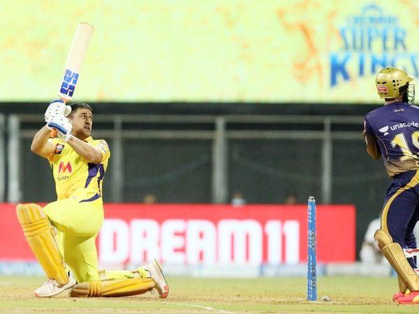 सीजन में पहली बार चौथे नंबर पर बल्लेबाजी करने उतरे महेंद्र सिंह धोनी ने 8 बॉल पर 17 रन की पारी खेली।