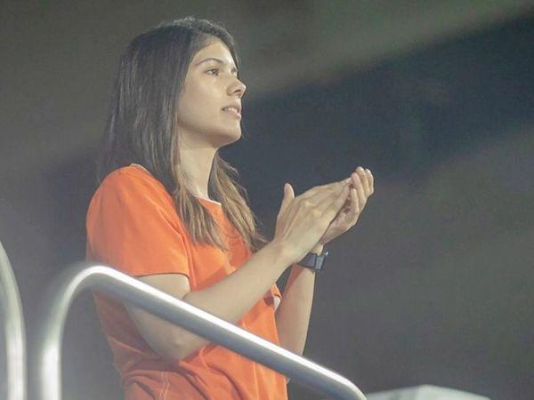 कलानिधि मारन की बेटी काव्या मारन सनराइजर्स हैदराबाद टीम की जीत से खुश नजर आईं। वे इस फ्रेंचाइजी की को-ओनर हैं।