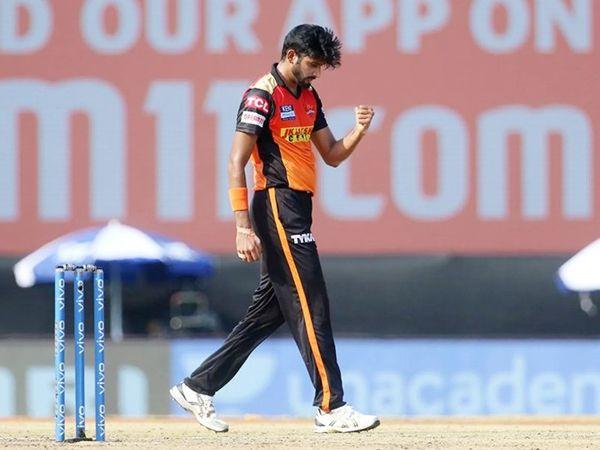हैदराबाद के खलील अहमद ने 3 विकेट लेकर पंजाब टीम को 120 रन पर समेट दिया।