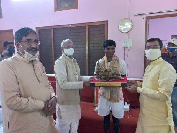 मंदिर ट्रस्ट के पदाधिकारियों ने घनश्याम का स्वागत किया। - Dainik Bhaskar