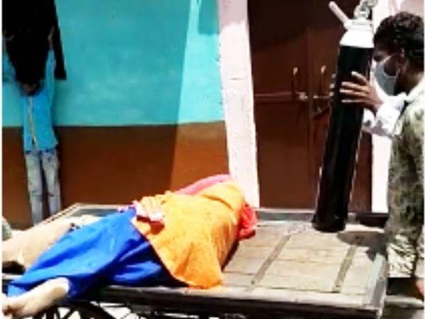 उज्जैन में महिला को ठेले से ऑक्सीजन सिलेंडर लगाकर अस्पताल ले जाते परिजन।