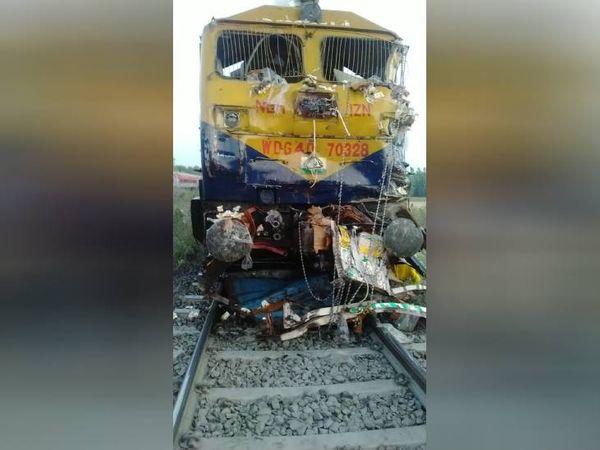 ट्रेन के इंजन में फंसा ट्रक का मलबा।