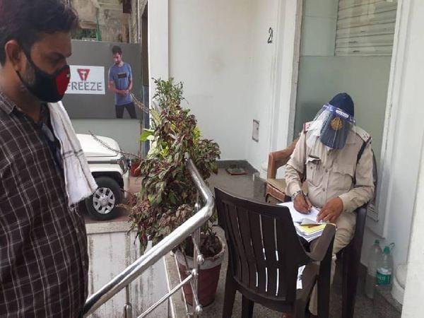 लार्डगंज पुलिस पंचनामा भरते हुए। - Dainik Bhaskar
