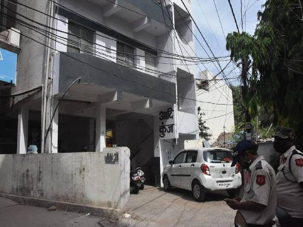 अपार्टमेंट में मौत के बाद पुलिस पहुंची जांच करने।