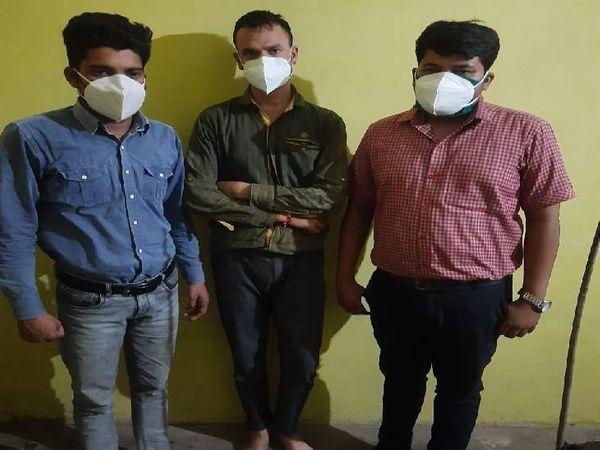 एसटीएफ की गिरफ्त में आए आरोपी डॉक्टर नीरज साहू, डॉक्टर जितेंद्र सिंह ठाकुर व राकेश मालवीय - Dainik Bhaskar