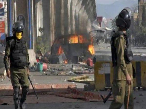 TLP समर्थकों ने लाहौर समेत पंजाब के कई शहरों में थानों पर हमला किया और पुलिसकर्मियों को बंधक बना लिया।