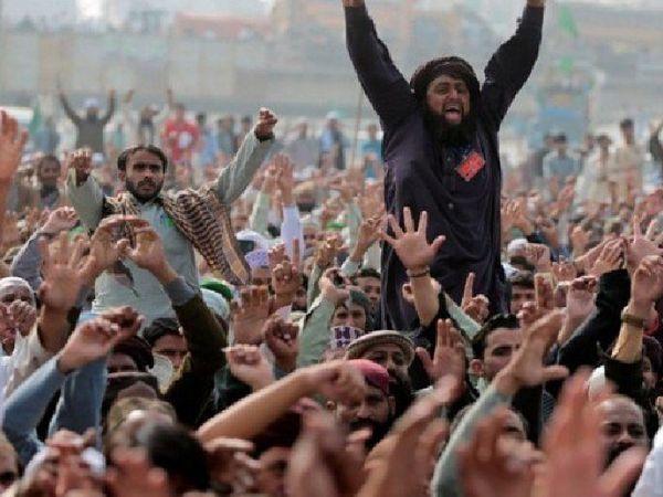 एक उग्र प्रदर्शन के दौरान तहरीक-ए-लब्बैक (TLP) का मुखिया साद रिजवी। ये लोग फ्रांस के राजदूत को पाकिस्तान से बाहर करने की मांग कर रहे हैं।