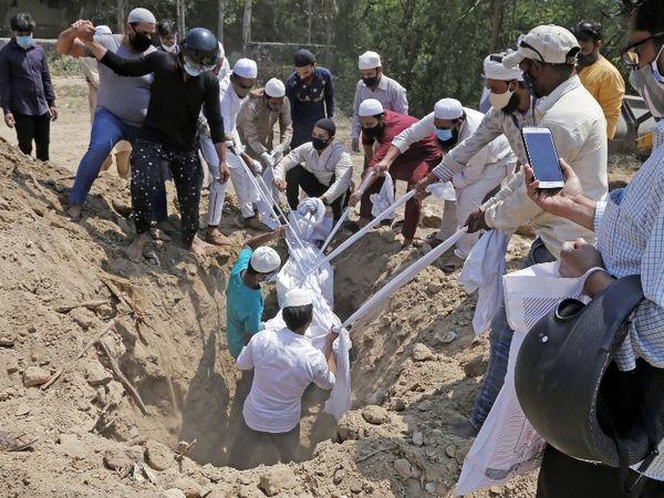 फोटो देश की राजधानी दिल्ली की है। यहां कब्रिस्तान में भी लोगों के शव दफन करने की अब जगह नहीं बची है। कब्रिस्तान के मैनेजमेंट का कहना है कि हर दिन 50 से 60 लोगों के शव आ रहे हैं। अब शहर से दूर-दराज के कब्रिस्तानों में बात करके वहां ऐसे मृतकों को दफन किया जा रहा है।