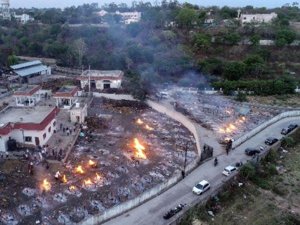 फोटो भोपाल के भदभदा श्मशान घाट की है। यहां हर दिन 100-150 लोगों का अंतिम संस्कार हो रहा है, जबकि सरकारी आंकड़ों में पूरे जिले में केवल 10-12 मौतें ही दर्ज हो रही हैं। - Dainik Bhaskar