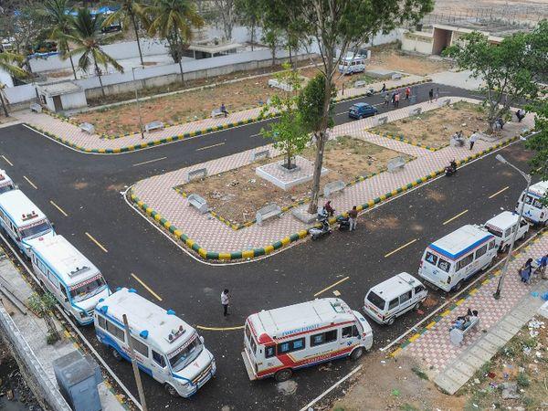 फोटो कर्नाटक के बेंगलुरु शहर की है। यहां बोमानहाली घाट पर कोरोना से जान गंवाने वालों का शव लेकर पहुंची एंबुलेंस को भी लाइन लगानी पड़ी। यहां हर दिन 100-200 लोगों के अंतिम संस्कार हो रहे हैं, जबकि सरकारी आंकड़ों 50 से 70 मौतें ही दर्ज हो रही हैं।
