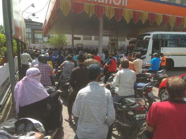 शहर के ज्यादातर पंप बंद होने से सुबह से ही लोगों ने कतार में लगकर पेट्रोल भरवाया। - Dainik Bhaskar