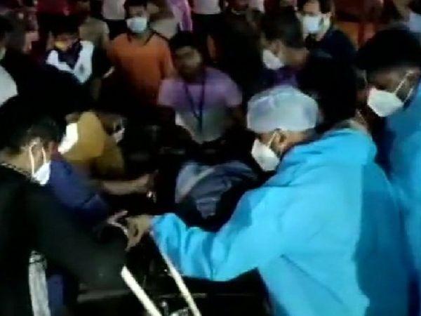 आग लगने के बाद 21 मरीजों को तुरंत दूसरे अस्पताल में शिफ्ट कर दिया गया। ये ऐसे मरीज हैं जो ऑक्सीजन सपोर्ट पर हैं।