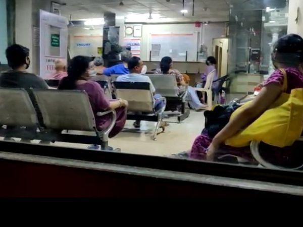 आग लगने के बाद कई मरीजों को हॉस्पिटल के वेटिंग रूप में बैठा दिया गया। उन्हें दूसरी जगह शिफ्ट होने के लिए घंटों इंतजार करना पड़ा।