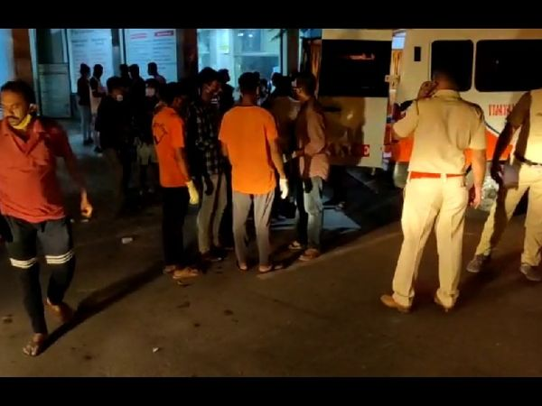 आग लगने की घटना के बाद आनन-फानन में मरीजों को दूसरे अस्पताल में शिफ्ट कर दिया गया।