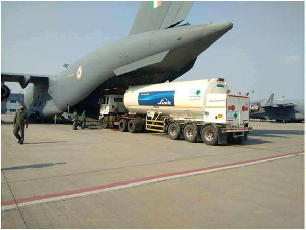 देश में ऑक्सीजन सप्लाई तेज करने के लिए एयरफोर्स के C-17 और IL-76 एयरक्राफ्ट को ऑक्सीजन टैंकर के एयरलिफ्ट में लगाया गया है।