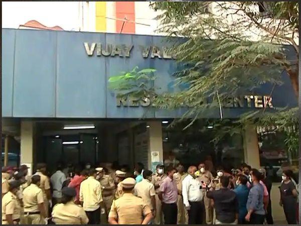हॉस्पिटल के बाहर लोगों की भीड़ और हंगामे को देखते हुए भारी संख्या में पुलिस तैनात कर की गई है।