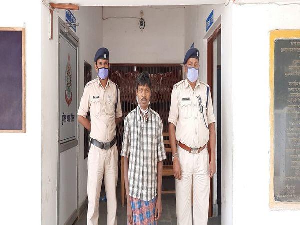 पुलिस गिरफ्त में दिख रही शख्स गोपाल बैगा है।  गोपाल ने ही मितानिन के साथ मारपीट की थी।  गौरेला पुलिस ने गोपाल को गिरफ्तार कर लिया है।