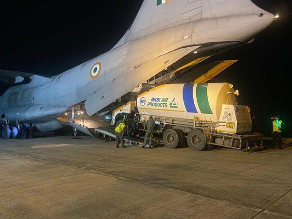 ओडिशा सरकार एयरलिफ्ट के जरिए महाराष्ट्र, छत्तीसगढ़ ,आंध्र प्रदेश और मध्य प्रदेश को रोजाना ऑक्सीजन भेज रही है।