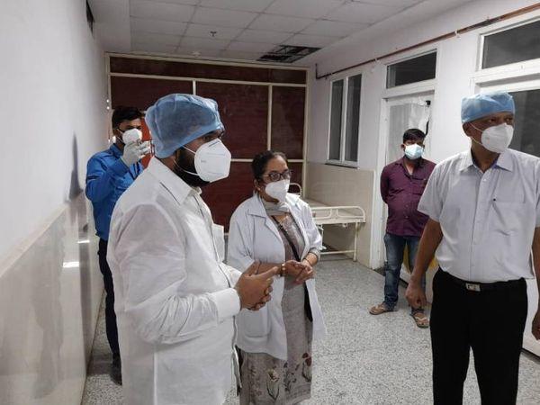 कोविड सेंटर में मौजूद डॉक्टर्स व स्टाफ