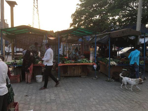 सेक्टर-25 में खुली सब्जी की दुकानें।
