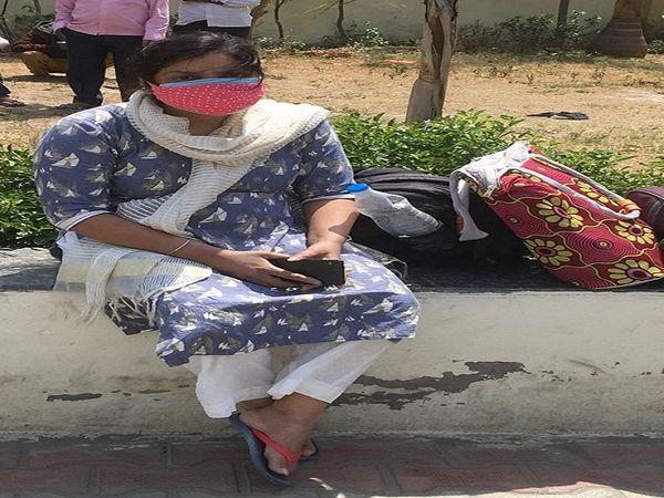 मां की मौत के बाद पानीपत सिविल अस्पताल में व्यथा सुनाती महिला। - Dainik Bhaskar