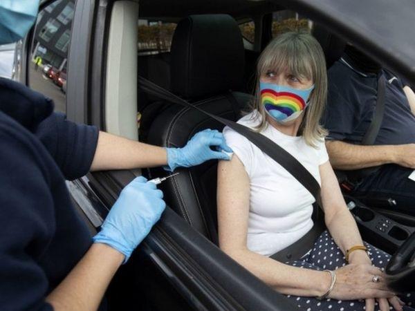 फोटो ब्रिटेन की है। यहां वैक्सीनेशन ड्राइव के तहत बीच सड़क पर भी लोगों को वैक्सीन लगाई जा रही है।