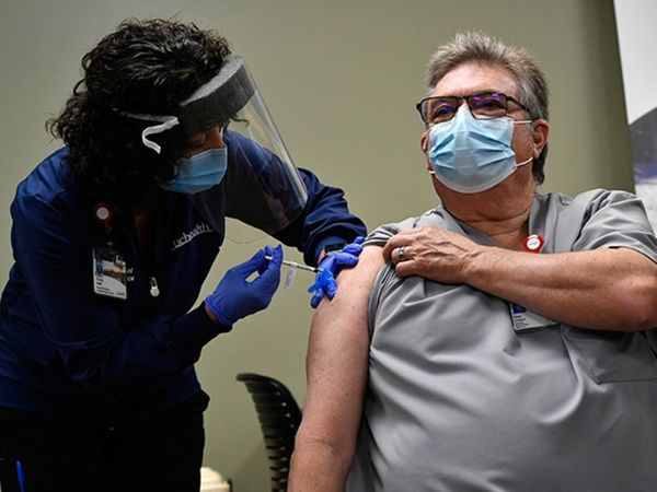 फोटो अमेरिका के न्यूयॉर्क स्टेट की है। यहां बड़े पैमाने पर वैक्सीनेशन हो रहा है। इसके चलते कोरोना के मामलों में कमी देखी गई है।