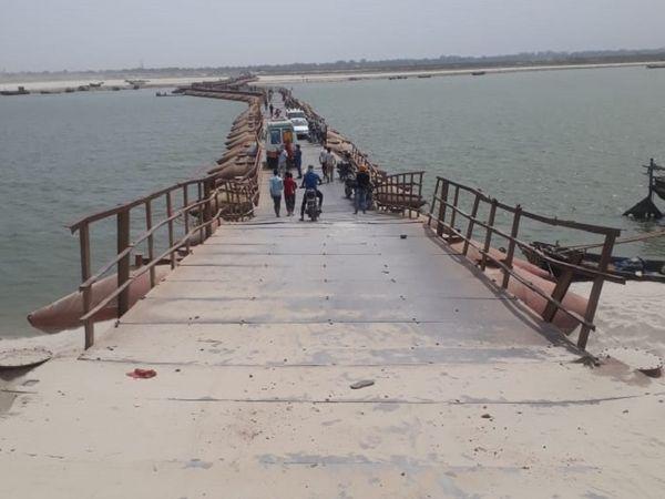 स्थानीय लोग खतरे को अपनी नियति मान चुके हैं. पुल से जाएं या नाव से, खतरा हर जगह बना रहता है।
